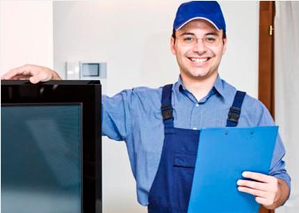 homem com uniforme azul, sorrindo com prancheta na mão